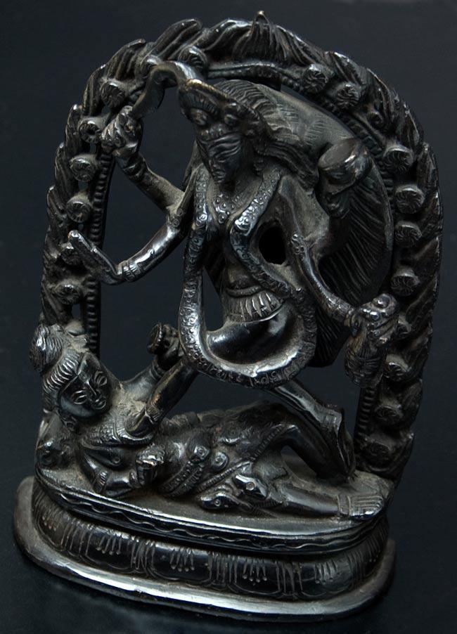 シヴァ神の腹の上で踊るカーリー[18cm]の写真