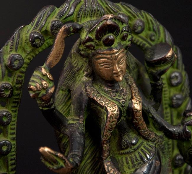 シヴァ神の腹の上で踊るカーリー[18cm]の写真4 - 斜め顔のアップです。