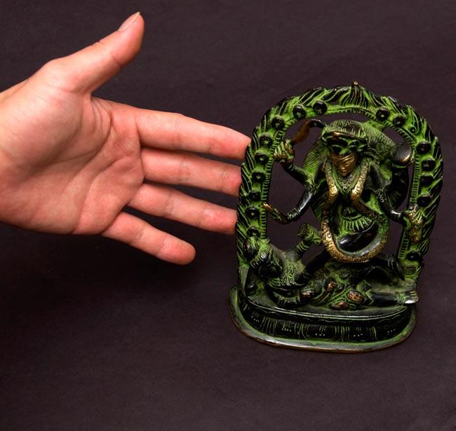 シヴァ神の腹の上で踊るカーリー[18cm]の写真7 - 大きさを分かって頂くため、手との比較です。