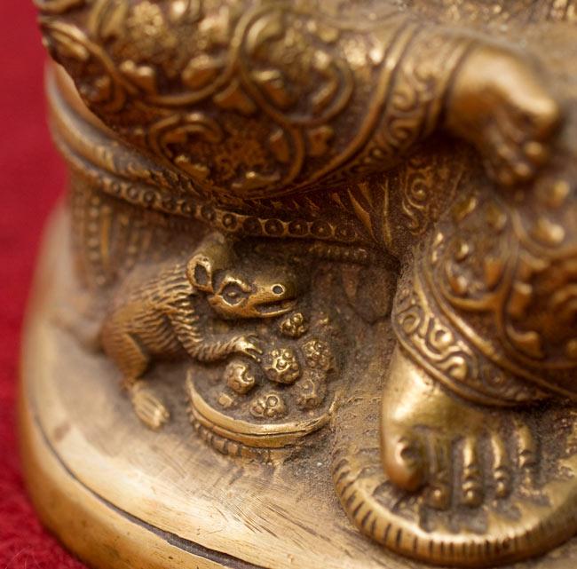座りガネーシャ[20cm]の写真7 - 足の下にはネズミがいます