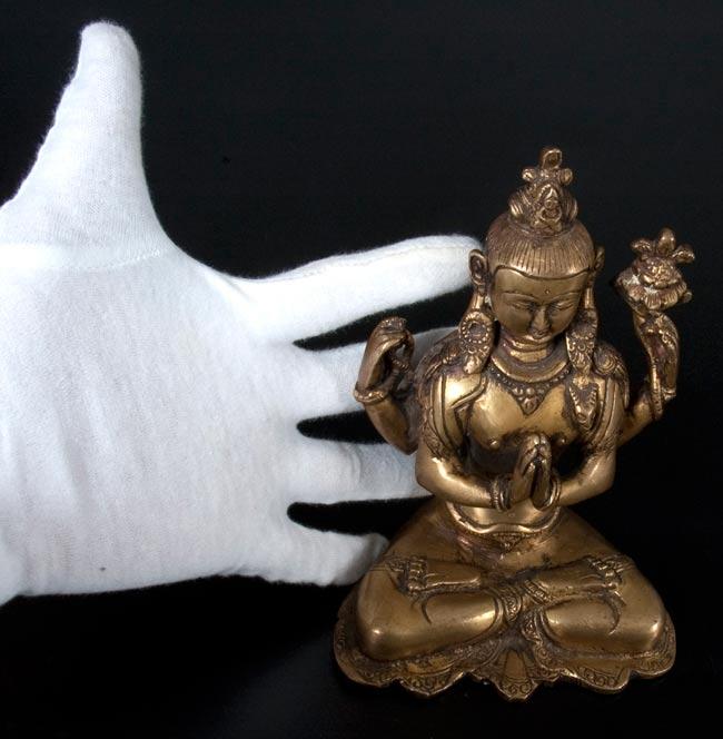 六字観音菩薩(シャドゥクシャリー・アヴァローキテーシュワラ)[16cm]の写真7 - サイズの比較のために手と一緒に撮影しました
