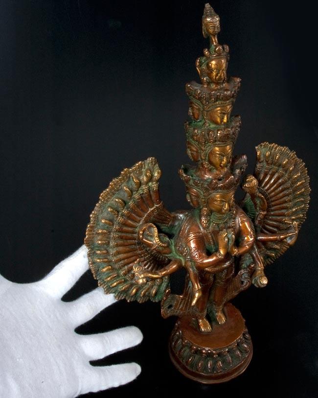 エーカダーシャムカ・アヴァローキテーシュヴァラ - 十一面観音菩薩[36cm]の写真7 - サイズの比較のために手と一緒に撮影しました
