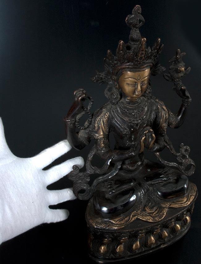 六字観音菩薩(シャドゥクシャリー・アヴァローキテーシュワラ)[37cm]の写真7 - サイズの比較のために手と一緒に撮影しました