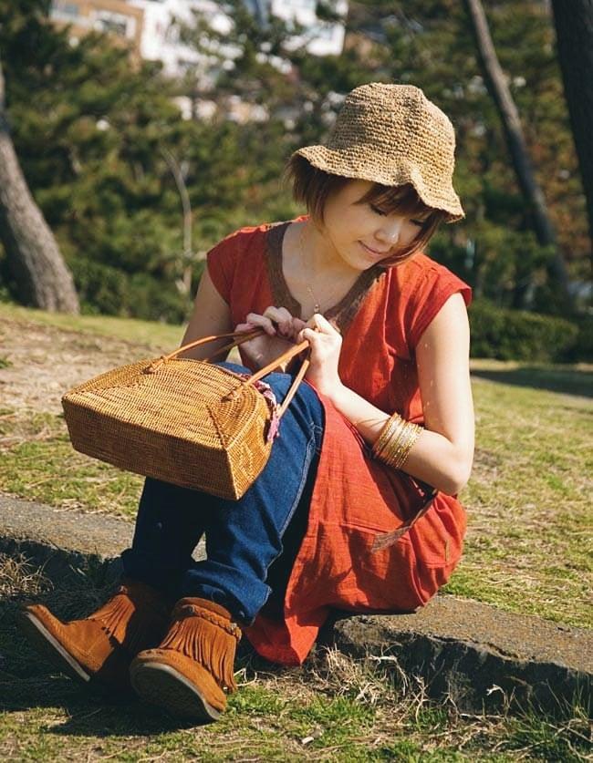 アタかご 巾着バッグ 発祥の地トゥガナン村で手作り 13 - モデルさんの使用例です。さまざまなお洋服に似合います。和装へもオススメ。