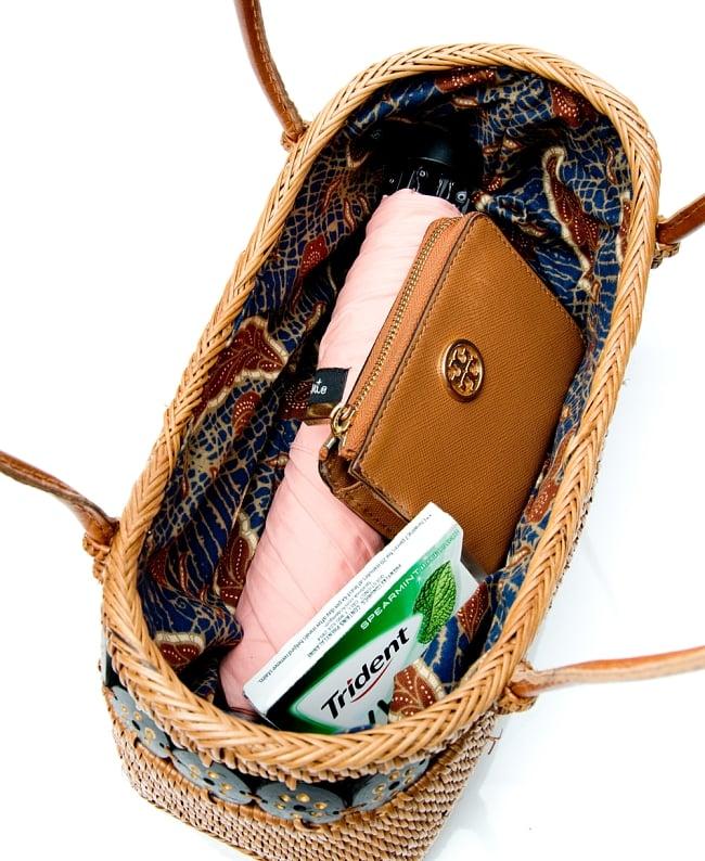 アタかご 巾着バッグ  ココナッツボタン付き 発祥の地トゥガナン村で手作り【約13cm x 27cm】 12 - 日用品を比較用に少し入れてみました。このくらいのサイズ感です。