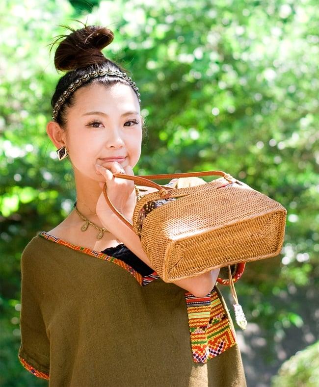 アタかご 巾着バッグ  ココナッツボタン付き 発祥の地トゥガナン村で手作り【約13cm x 27cm】 13 - モデルさんの使用例です。さまざまなお洋服に似合います。和装へもオススメ。