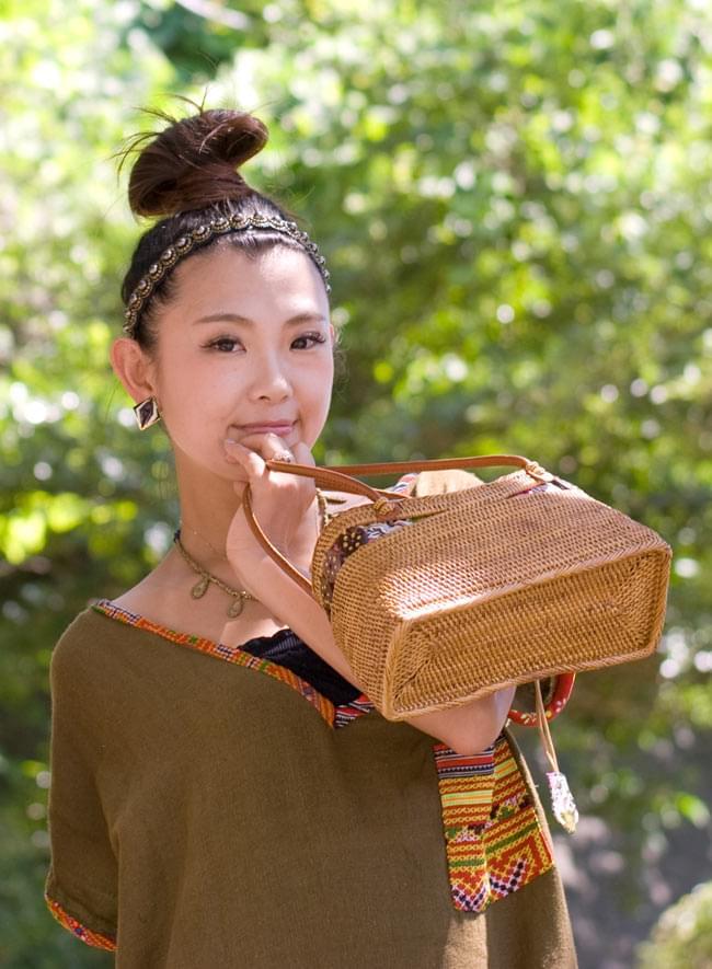 アタかご 巾着バッグ  ココナッツボタン付き 発祥の地トゥガナン村で手作り【約13cm x 27cm】 2 - 正面からの写真です