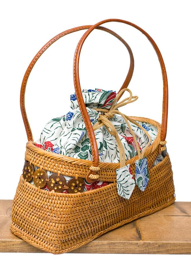 アタかご 巾着バッグ  ココナッツボタン付き 発祥の地トゥガナン村で手作り【約13cm x 27cm】 3 - サイドからの写真です