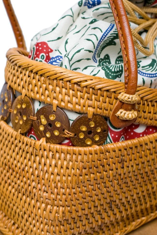 アタかご 巾着バッグ  ココナッツボタン付き 発祥の地トゥガナン村で手作り【約13cm x 27cm】 5 - ハンドメイドのぬくもりを感じます
