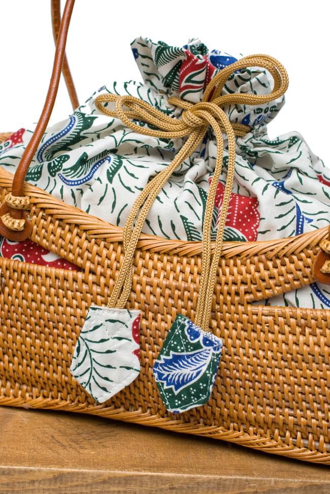 アタかご 巾着バッグ  ココナッツボタン付き 発祥の地トゥガナン村で手作り【約13cm x 27cm】 6 - インドネシアの伝統的な模様をプリントした、バティック生地がとても素敵です。