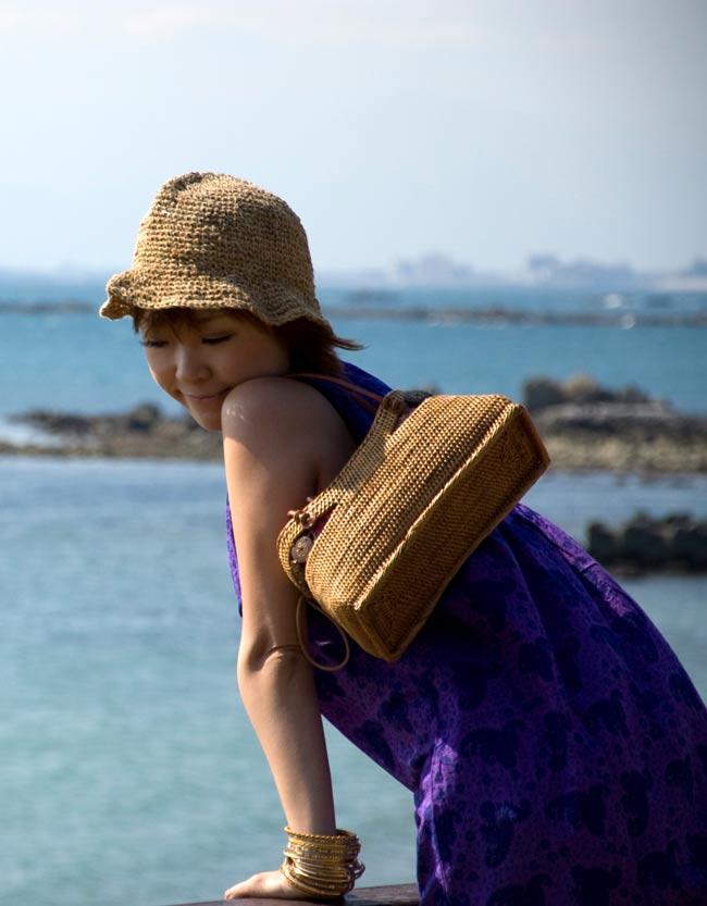 アタかご 巾着バッグ  ココナッツボタン付き 発祥の地トゥガナン村で手作り【約13cm x 27cm】 7 - 持ち手の部分もしっかりと作られています