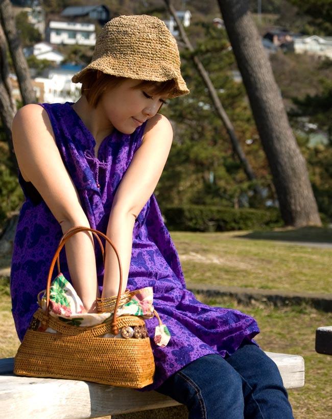 アタかご 巾着バッグ  ココナッツボタン付き 発祥の地トゥガナン村で手作り【約13cm x 27cm】 8 - 大変な手間を掛けて編み上げています