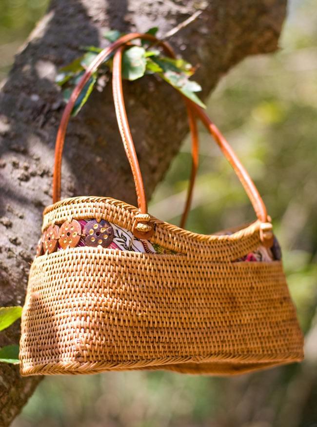 アタかご 巾着バッグ  ココナッツボタン付き 発祥の地トゥガナン村で手作り【約13cm x 27cm】の写真