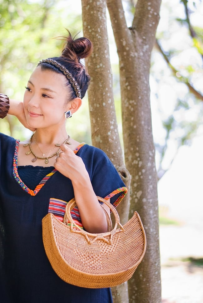 アタかご巾着付き月型バッグ 発祥の地トゥガナン村で手作り【約21cm x 29cm 】 13 - モデルさんの使用例です。さまざまなお洋服に似合います。和装へもオススメ。