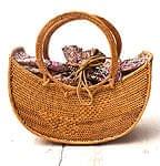 アタかご 巾着付き月型バッグ 発祥の地トゥガナン村で手作り【約21cm x 29cm 】