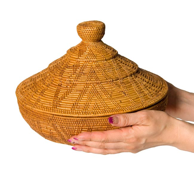 タジン鍋型小物入れ 【24cm】の写真3 - 手に持ってみました。大きさが分かりますね。
