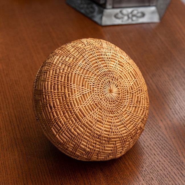 トゥガナン村のアタ タジン鍋型小物入れ 【14cm】の写真7 - 蓋部分は留めてあるので、離れることはありません。