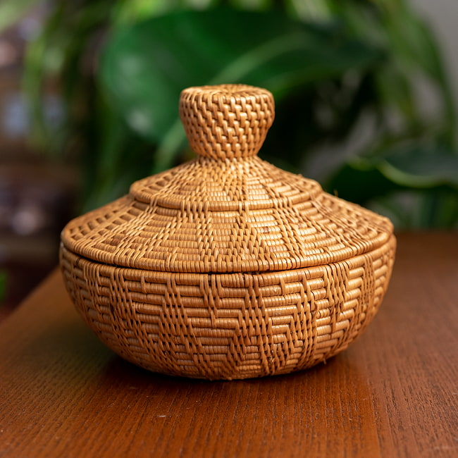 トゥガナン村のアタ タジン鍋型小物入れ 【直径12.5cm】 3 - 手に持ってみました。大きさが分かりますね。