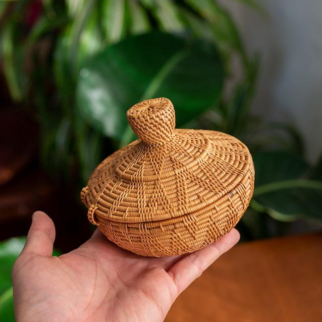 トゥガナン村のアタ タジン鍋型小物入れ 【直径12.5cm】 6 - 一目一目、丁寧に編まれています