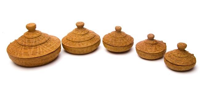 トゥガナン村のアタ タジン鍋型小物入れ 【12cm】の写真8 - 特大・大・中・小・極小の順に並べてみました。大きさが分かりますね。