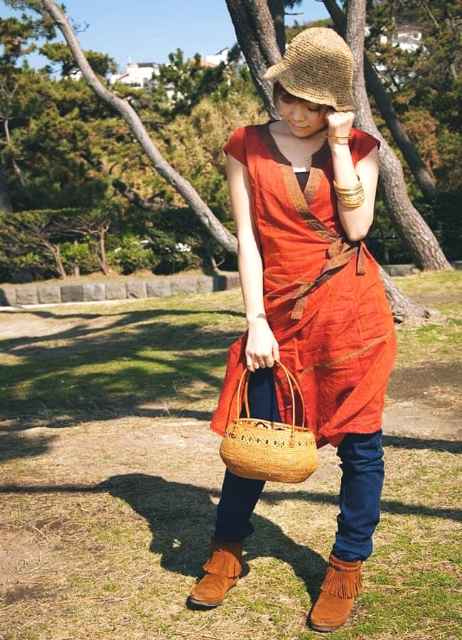 アタかご巾着バッグ 発祥の地トゥガナン村で手作り 13 - モデルさんの使用例です。さまざまなお洋服に似合います。和装へもオススメ。