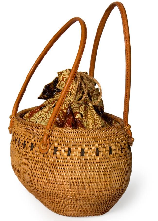 アタかご巾着バッグ 発祥の地トゥガナン村で手作り 2 - 正面からの写真です