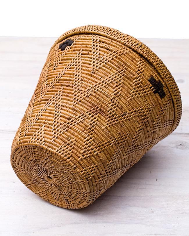 トゥガナン村の蓋付き収納アタバスケット - 中[高さ30cm程度]の写真3 - 裏面も丁寧に作られています