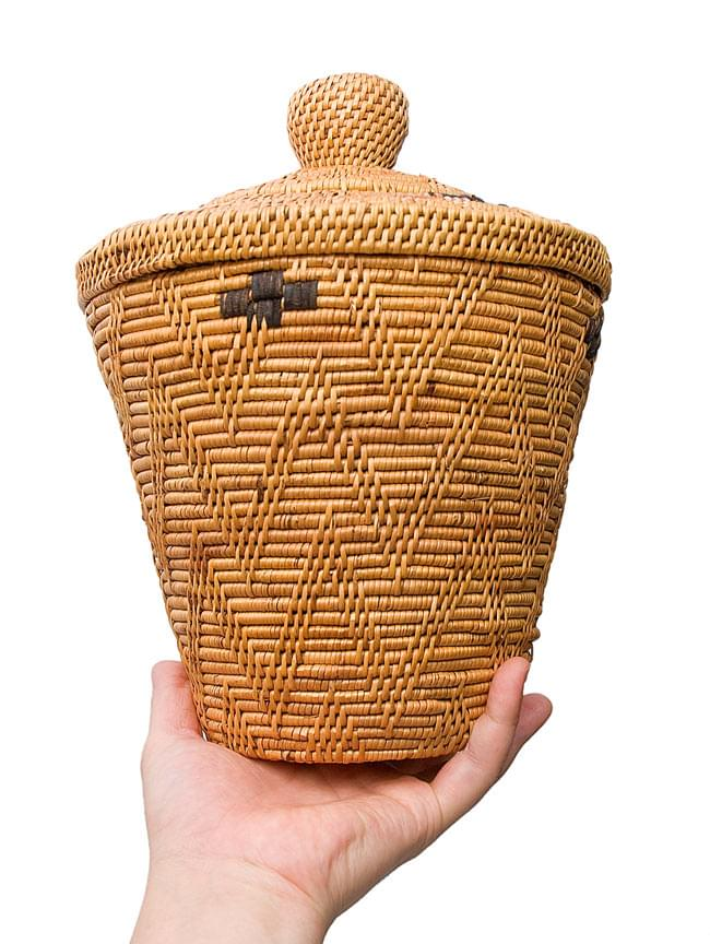 トゥガナン村の蓋付き収納アタバスケット - 中[高さ30cm程度] 4 - サイズを感じていただく為、手にもってみました