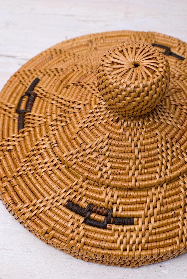 トゥガナン村の蓋付き収納アタバスケット - 中[高さ30cm程度]の写真5 - 蓋を見てみました。丁寧に編み込まれている様子が見て取れます。