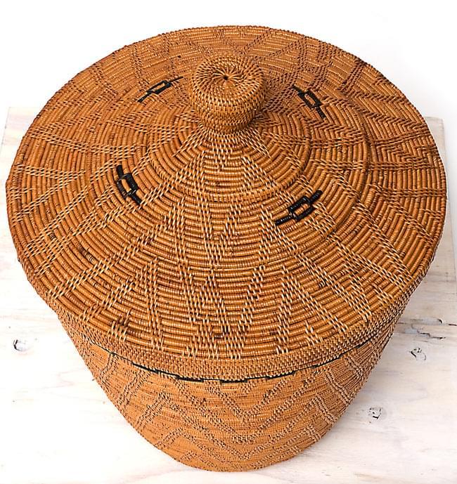 トゥガナン村の蓋付き収納アタバスケット - 大(約41cm x 51cm)の写真2 - 斜め上から見下ろしてみました。