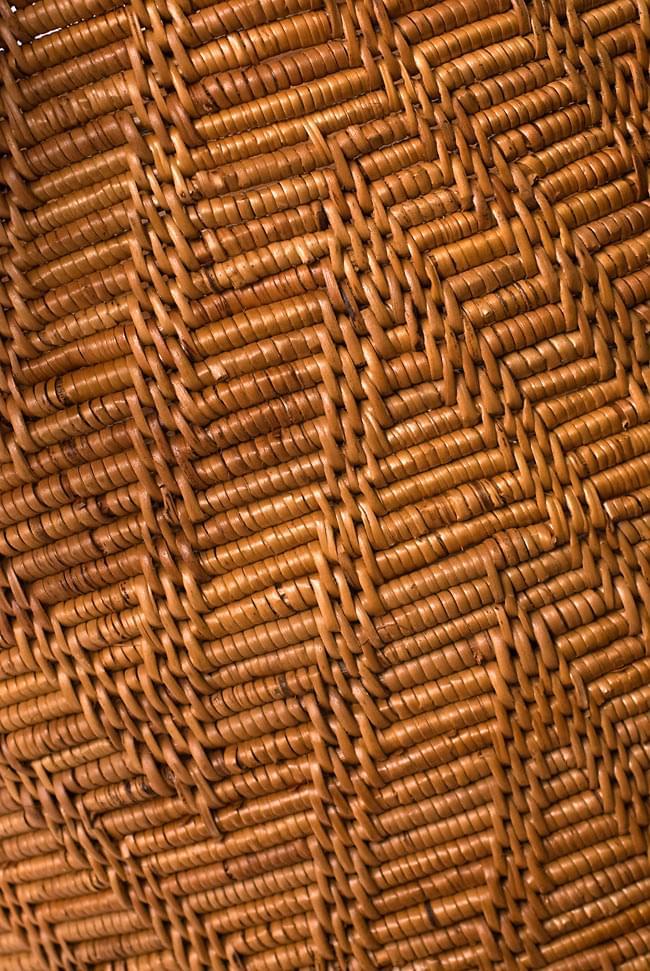 トゥガナン村の蓋付き収納アタバスケット - 大(約41cm x 51cm)の写真4 - 側面の編み目を見てみました。丁寧に紡がれています