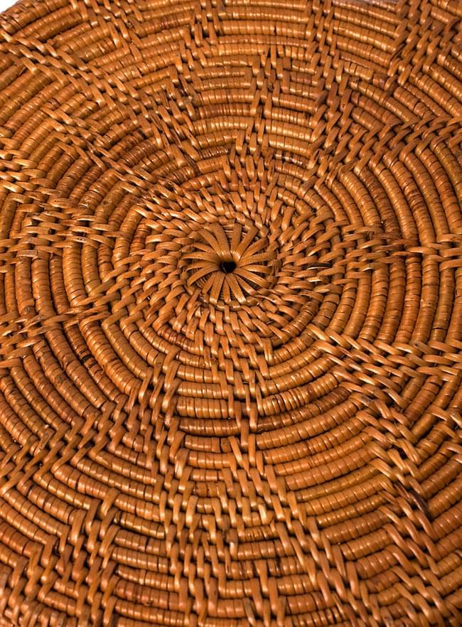 トゥガナン村の蓋付き収納アタバスケット - 大(約41cm x 51cm)の写真5 - 底の部分を写してみました。編み模様が綺麗に出ています。