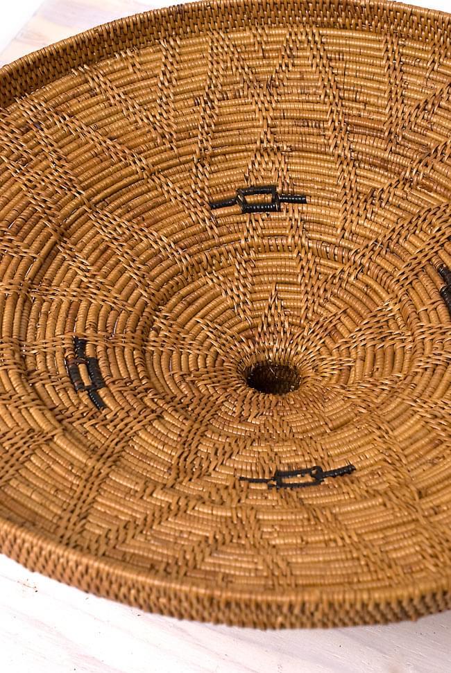 トゥガナン村の蓋付き収納アタバスケット - 大(約41cm x 51cm)の写真7 - 蓋を裏面から見てみました。持ち手の部分は空洞になっているのですね。