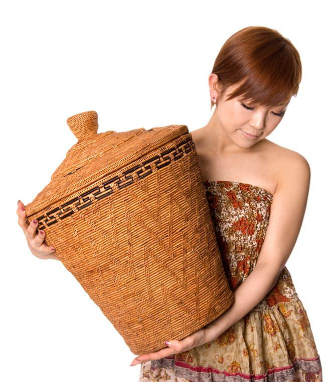 トゥガナン村の蓋付き収納アタバスケット - 大(約41cm x 51cm)の写真8 - ほとんど同じ大きさの籠を、モデルさんに抱えてもらいました。大きさがお分かりになることと思います