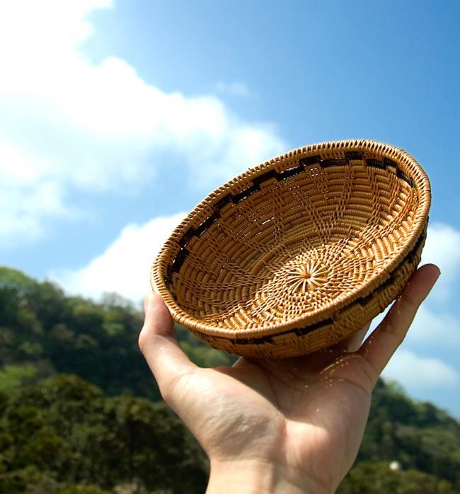 トゥガナン村のアタ 円形皿 - 小の写真6 - サイズを感じて頂く為、手に持ってみました。陽の光によく映えます!