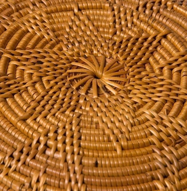 トゥガナン村のアタ 円形皿 - 中の写真4 - 底の部分を拡大みました。編み模様が綺麗に出ています
