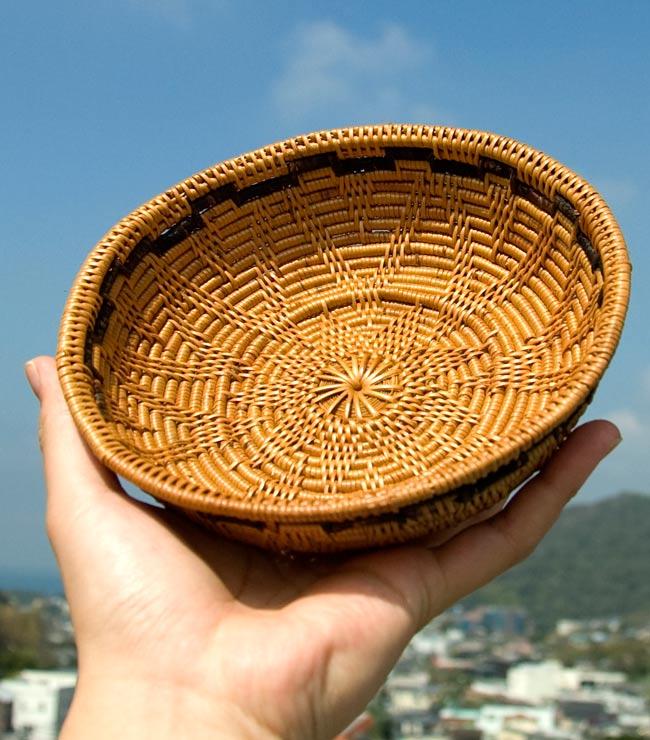 トゥガナン村のアタ 円形皿 - 中の写真6 - サイズを感じて頂く為、手に持ってみました。陽の光によく映えます!