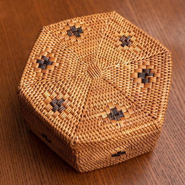 トゥガナン村のアタ 蓋付き六角小物入れの写真2 - 別の角度からの写真です