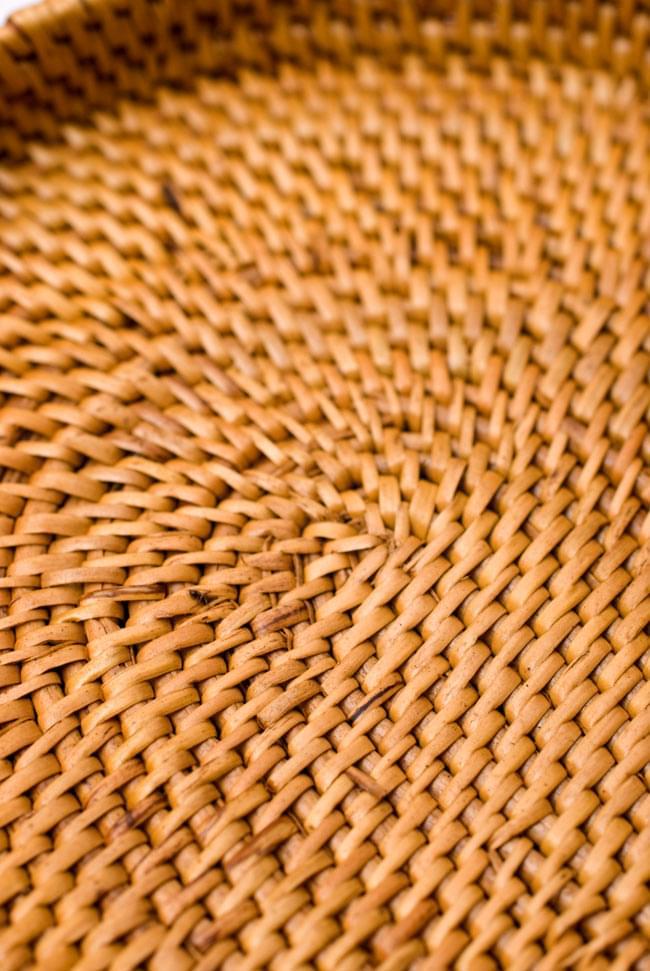 トゥガナン村のアタ 楕円薄小皿 【23cm】 3 - 近づいてみました。熟練した職人さんが丁寧に紡いだ様子が見て取れます