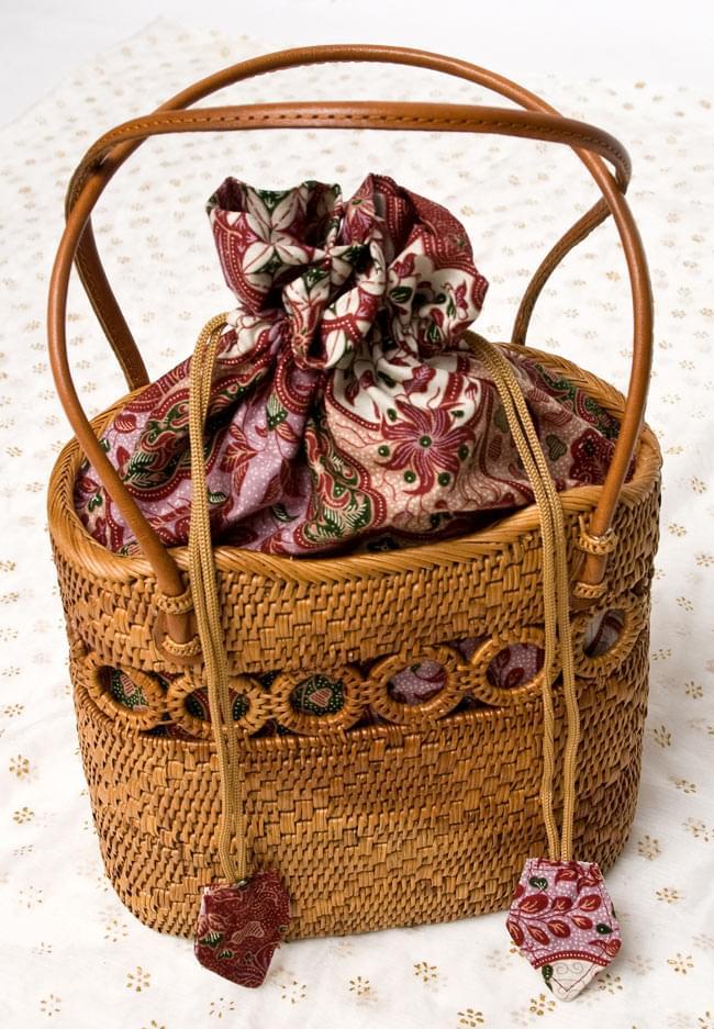アタかご 巾着バッグ ココナッツボタン付き 発祥の地トゥガナン村で手作り【約19cm x 19.5cm】 10 - 色々な色合いがありますが、どちらもいい雰囲気です。