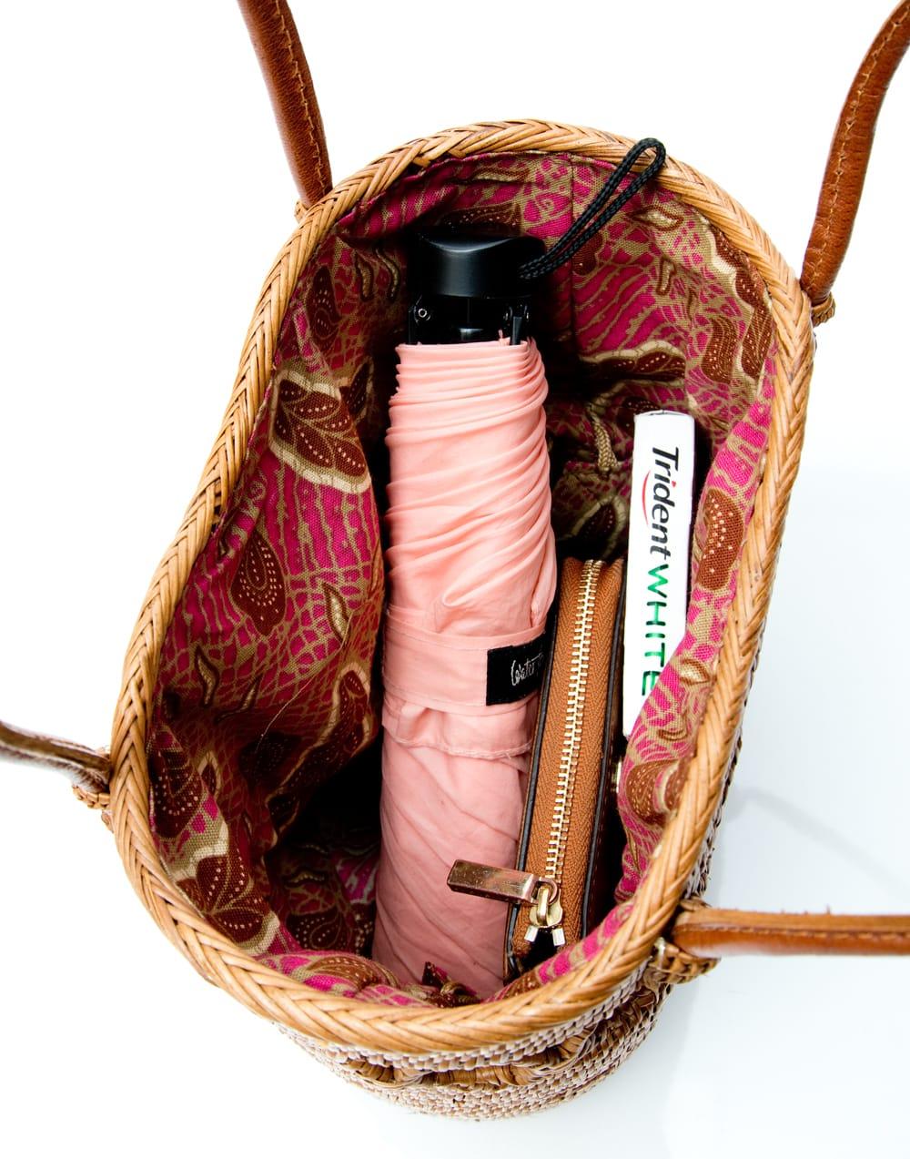 アタかご 巾着バッグ ココナッツボタン付き 発祥の地トゥガナン村で手作り【約19cm x 19.5cm】 12 - 日用品を比較用に少し入れてみました。このくらいのサイズ感です。