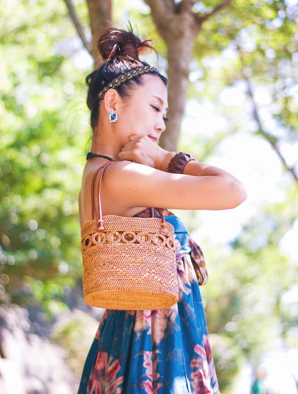 アタかご 巾着バッグ ココナッツボタン付き 発祥の地トゥガナン村で手作り【約19cm x 19.5cm】 13 - モデルさんの使用例です。さまざまなお洋服に似合います。和装へもオススメ。