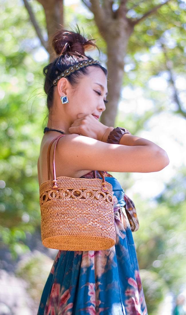 アタかご 巾着バッグ ココナッツボタン付き 発祥の地トゥガナン村で手作り【約19cm x 19.5cm】 2 - 正面からの写真です