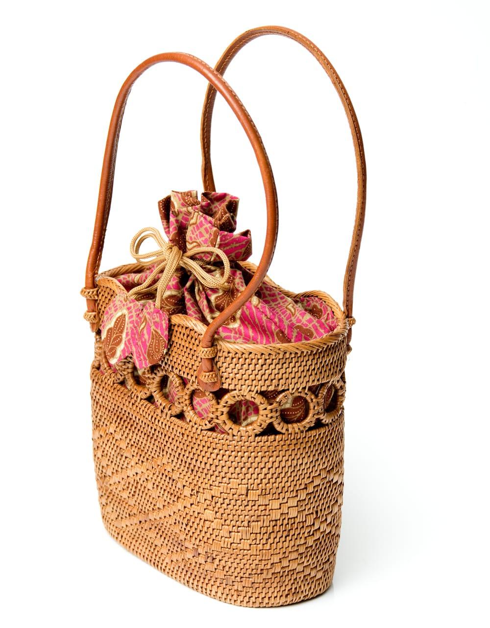 アタかご 巾着バッグ ココナッツボタン付き 発祥の地トゥガナン村で手作り【約19cm x 19.5cm】 3 - サイドからの写真です