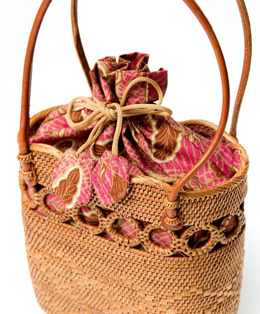 アタかご 巾着バッグ ココナッツボタン付き 発祥の地トゥガナン村で手作り【約19cm x 19.5cm】 5 - ハンドメイドのぬくもりを感じます