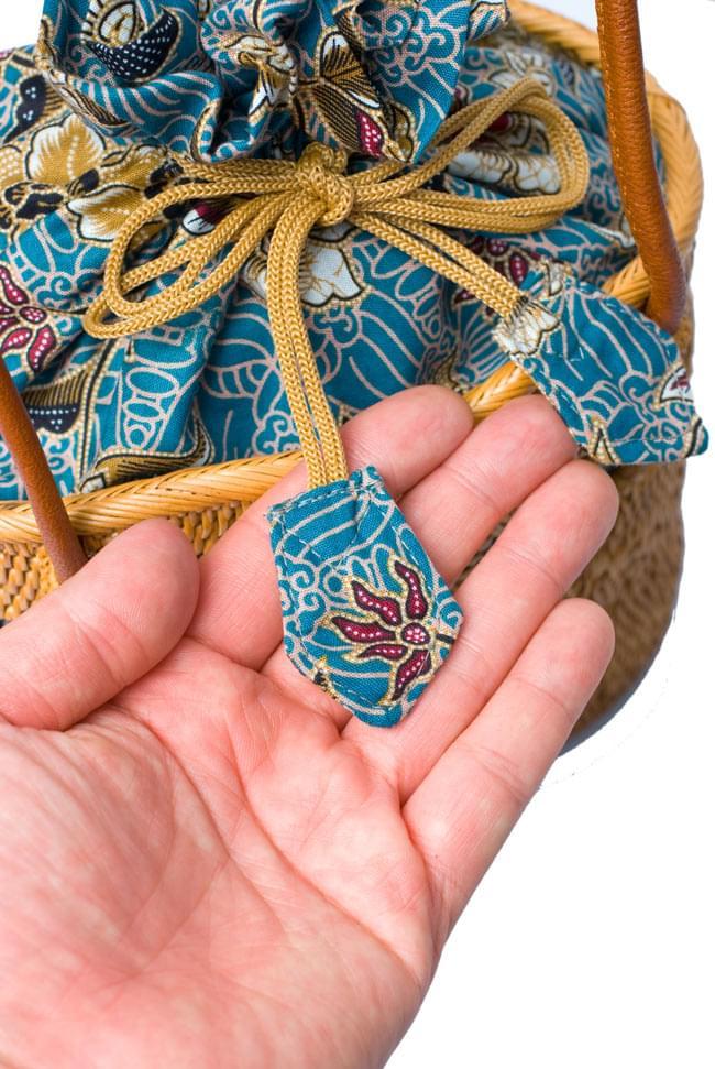 アタかご 巾着バッグ ココナッツボタン付き 発祥の地トゥガナン村で手作り【約19cm x 19.5cm】 6 - インドネシアの伝統的な模様をプリントした、バティック生地がとても素敵です。