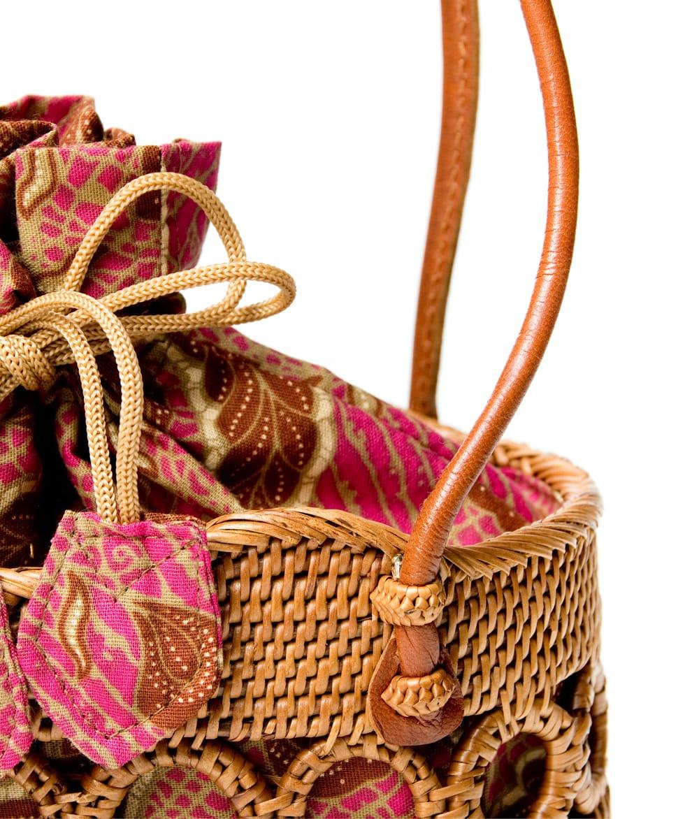 アタかご 巾着バッグ ココナッツボタン付き 発祥の地トゥガナン村で手作り【約19cm x 19.5cm】 7 - 持ち手の部分もしっかりと作られています