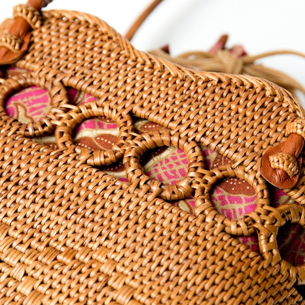 アタかご 巾着バッグ ココナッツボタン付き 発祥の地トゥガナン村で手作り【約19cm x 19.5cm】 8 - 大変な手間を掛けて編み上げています