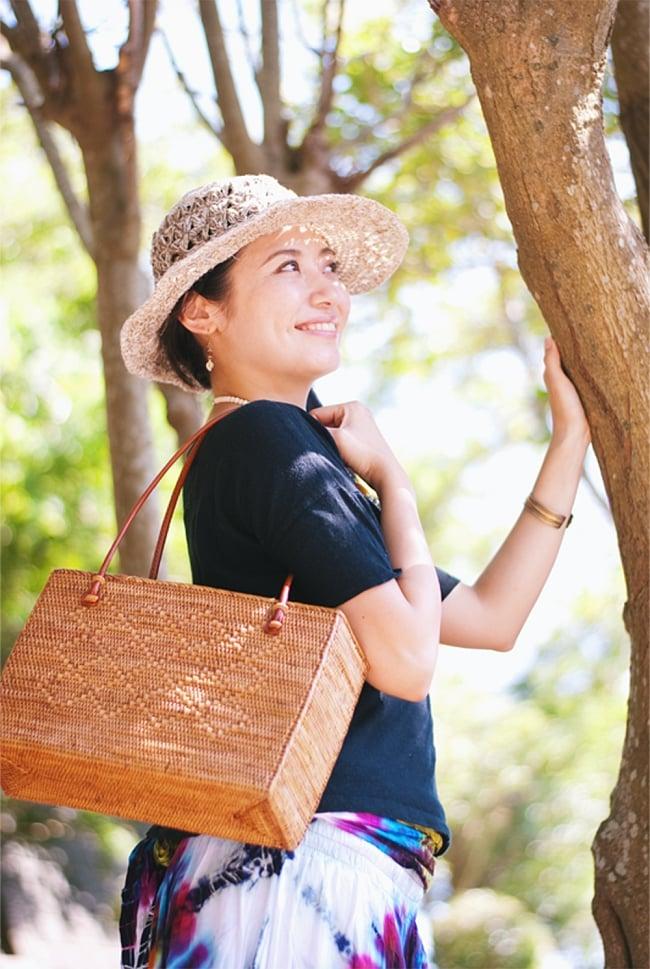 アタかご 巾着スクエアバッグ 発祥の地トゥガナン村で手作り【約22cm x30cm 】 13 - モデルさんの使用例です。