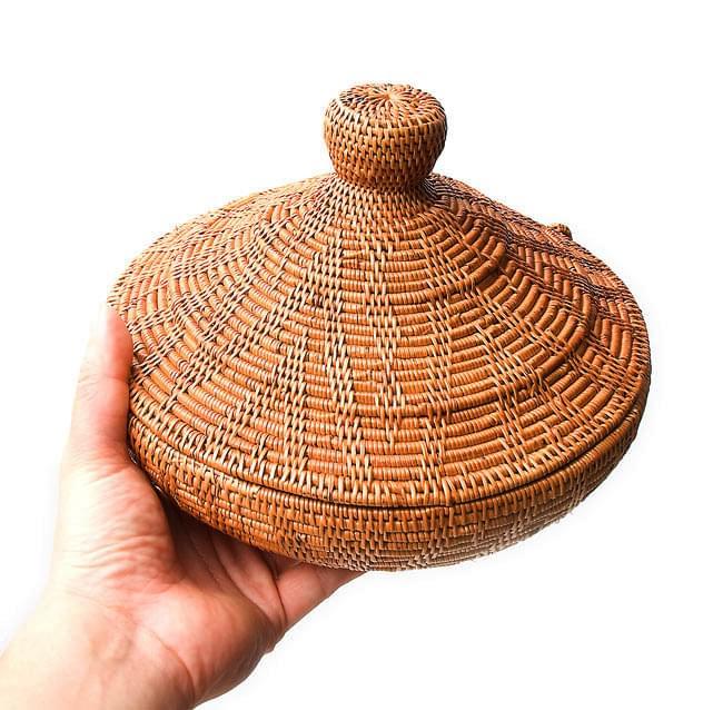 トゥガナン村のアタ タジン鍋型小物入れ 【23cm】の写真7 - 男性スタッフが手にとってみました。大きさのご参考にどうぞ
